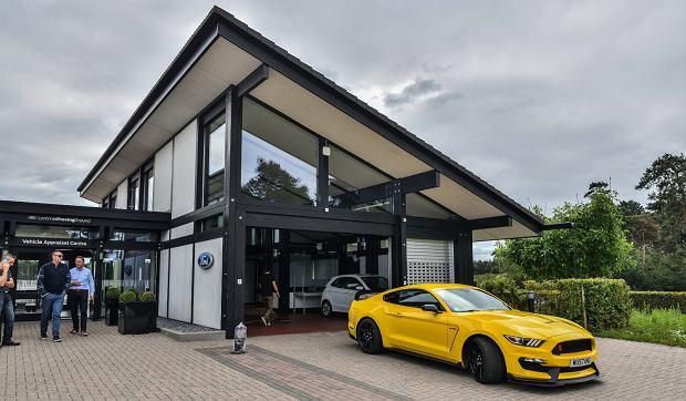 Do Lommel przyjechaliśmy koło 10:00. Wściekle żółty Mustang Shelby GT350R już na nas czekał.