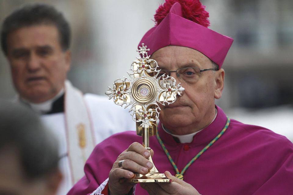 Arcybiskup Tadeusz Kondrusiewicz z relikwiarzem zawierającym kroplę krwi Jana Pawła II, kościół św. Szymona i św. Heleny (zwany czerwonym) w Mińsku