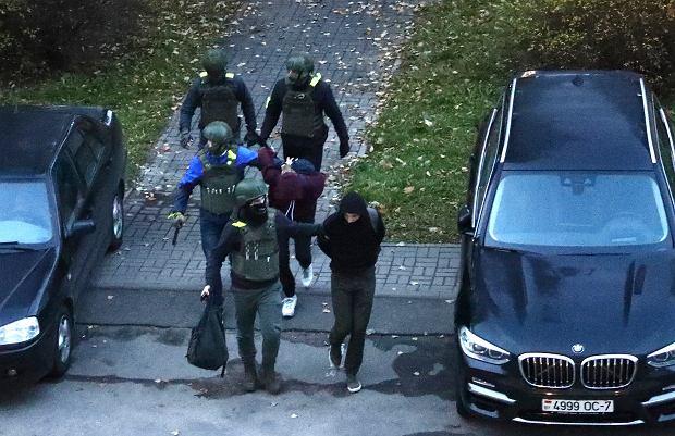 Milicjanci aresztują protestującego w Mińsku, 25 października 2020.