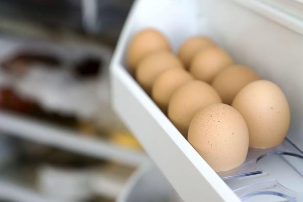 Jajka po zakupie należy przechowywać w warunkach chłodniczych - najlepiej w lodówce. W ten sposób przedłużamy ich trwałość.