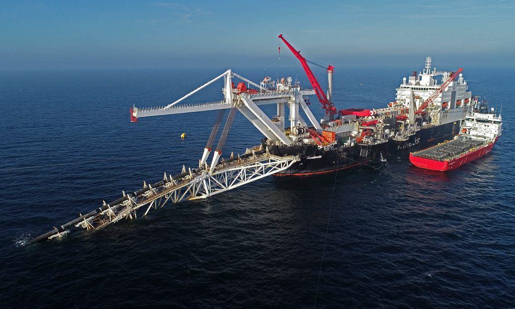 Rosja nie bardzo wie, jak dokończyć bałtycki gazociąg Nord Stream 2. Amerykańskie sankcje wstrzymały inwestycję Gazpromu na parę tygodni przed ukończeniem. Na zdjęciu: budowa gazociągu Nord Stream 2 na Bałtyku, 11 października 2018