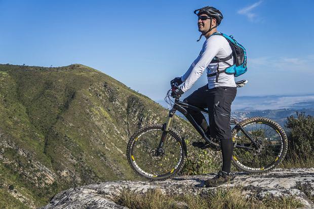 W czym jeździć na rowerze jesienią? Ubrania i akcesoria dla rowerzystów, które przydadzą się w chłodniejsze dni