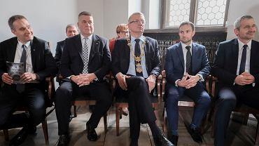 Wiceprezydent Mariusz Wiśniewski (pierwszy z lewej) jest pierwszym zastępcą Jacka Jaśkowiaka. Wiceprezydent Jędrzej Solarski (pierwszy z prawej) - drugim.