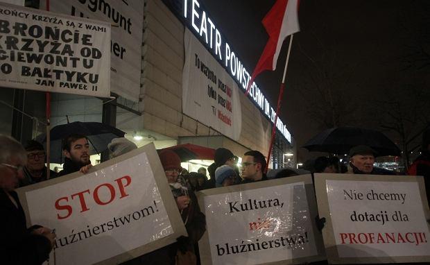Demonstracja przed Teatrem Powszechnym w Warszawie