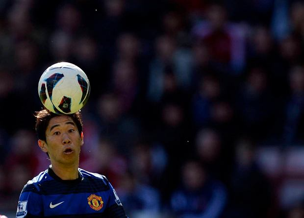 """Manchester United's Shinji Kagawa controls the ball during their English Premier League soccer match against Sunderland in Sunderland, northern England March 30, 2013. REUTERS/Nigel Roddis (BRITAIN - Tags: SPORT SOCCER) NO USE WITH UNAUTHORIZED AUDIO, VIDEO, DATA, FIXTURE LISTS, CLUB/LEAGUE LOGOS OR """"LIVE"""" SERVICES. ONLINE IN-MATCH USE LIMITED TO 45 IMAGES, NO VIDEO EMULATION. NO USE IN BETTING, GAMES OR SINGLE CLUB/LEAGUE/PLAYER PUBLICATIONS. FOR EDITORIAL USE ONLY. NOT FOR SALE FOR MARKETING OR ADVERTISING CAMPAIGNS SLOWA KLUCZOWE: :rel:d:bm:GF2E93U12VC01"""