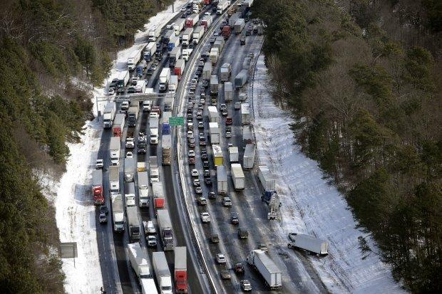 Atlanta. Droga zablokowana przez samochody po burzy śnieżnej Leon