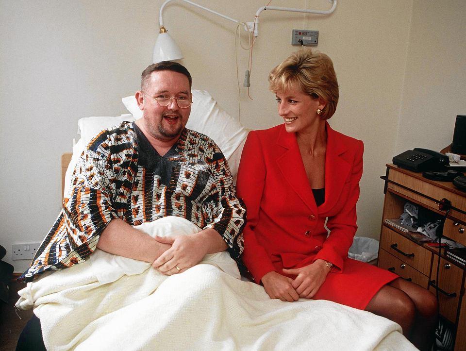 Księżna Diana uznawana jest za ikonę walki o prawa osób zakażonych wirusem HIV i chorych na AIDS. W latach 80., w czasach największej epidemii, kiedy wciąż niewiele wiedziano o wirusie,  księżna spotkała się z chorymi.Witała się z nimi bez rękawiczek ochronnych, co wtedy było czymś niezwykłym. Na zdjęciu z 1996 roku księżna odwiedza placówkę London Lighthouse, w której leczono osoby zakażone wirusem i chore na AIDS.