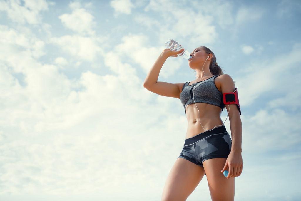 W trakcie aktywności fizycznej należy stale uzupełniać poziom płynów w organizmie
