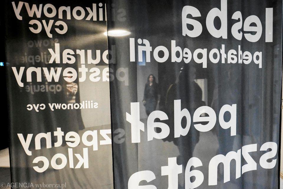 Wystawa Nowych Narzędzi Tortur Na ścianach Prawdziwe Cytaty
