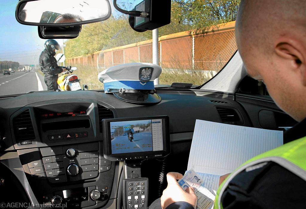Policja autostradowa podczas pracy w nowym nieoznakowanym radiowozie