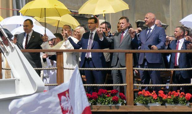 Premier Mateusz Morawiecki, szef MON Mariusz Błaszczak i minister spraw wewnętrznych Joachim Brudziński podczas uroczystości na Jasnej Górze