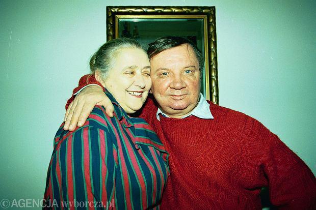 04.02.1993 AKTOR ROMAN KLOSOWSKI WRAZ Z  ZONA KRYSTYNA W SWOIM DOMU   FOT. SLAWOMIR KAMINSKI / AGENCJA GAZETA  DVD 010 A