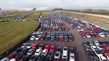 Dawny tor wyścigowy domem dla tysięcy niechcianych aut