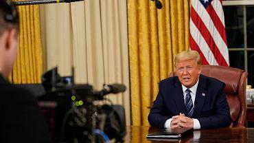 Prezydent USA Donald Trump wygłasza telewizyjne orędzie dot. pandemii koronawirusa. Gabinet Owalny, Biały Dom, Waszyngton 11 marca 2020