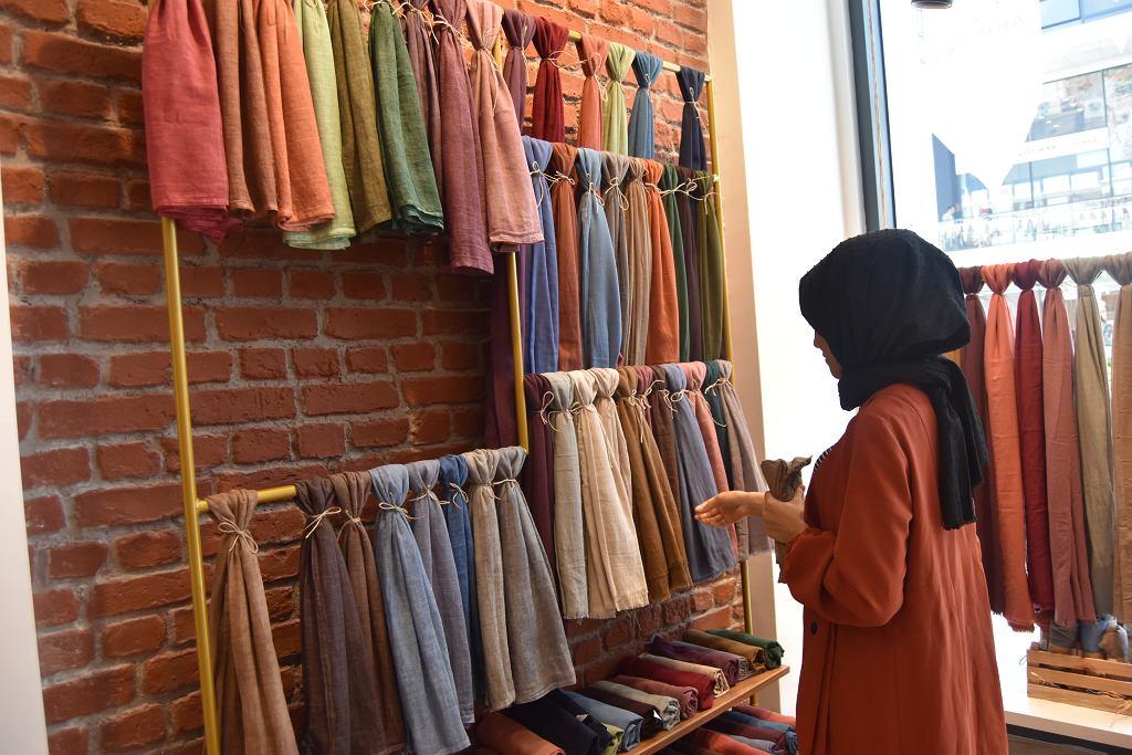 Turczynka wybierająca hidżab, islamską chustę