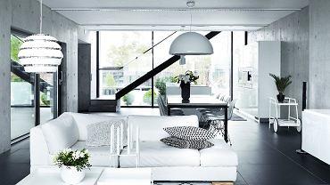Białe meble idodatki rozświetlają przestrzeń ikontrastują zgresem Atlas Concorde. Sofa (Furninova) składa się ztrzech modułów, które Anne przestawia, by dostosować układ do potrzeb towarzyskich lub odmienić wnętrze. Poduszki pochodzą zsalonów Kotona iMissoni Home.