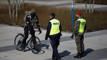 1.04.2020, Warszawa, patrol policji na nadwiślańskich bulwarach.