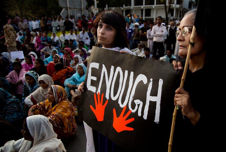 Pakistańskie kobiety podczas pikiety pobliżu parlamentu. Potępiają ataki na chrześcijan w muzułmańskim Pakistanie. W niedzielę para zamachowców - samobójców, podczas niedzielnej mszy, zdetonowała ładunek na zewnątrz 130-letniego kościoła zabijając co najmniej 78 osób.