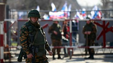 """Krym, Ukraina. """"Przebieraniec"""" z Putinowskich """"sił samoobrony"""" w zajętej ukraińskiej bazie wojskowej w mieście Eupatoria"""