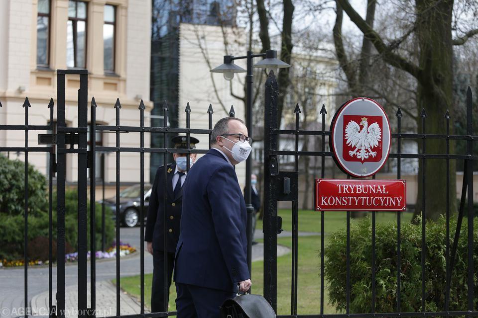12.04.2021, Warszawa, rzecznik praw obywatelskich Adam Bodnar wchodzi na teren Trybunału Konstytucyjnego na rozprawę w swojej sprawie.