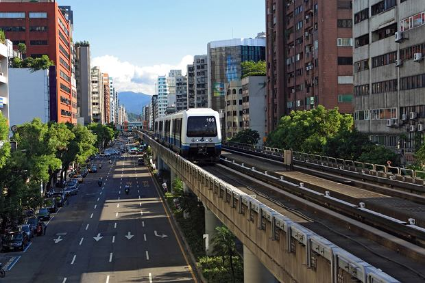 Kolej miejska metro. Tajpej (Tajwan) / shutterstock