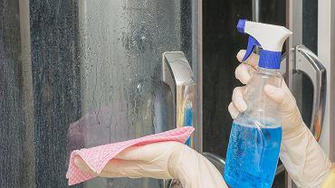 Co zrobić, by kabina prysznicowa była czysta na dłużej? Świetny trik na osad i zacieki (zdjęcie ilustracyjne)