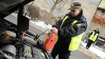 Jak ładować akumulator samochodowy przy pomocy prostownika?