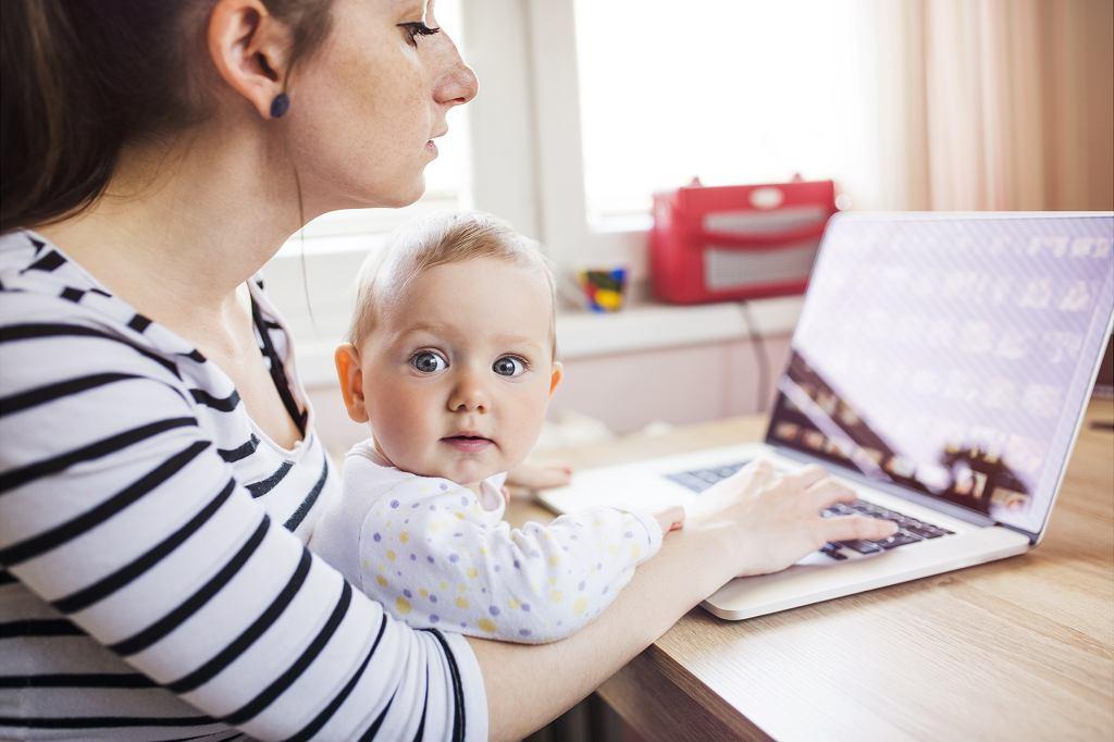 Świadczenie postojowe a urlop macierzyński