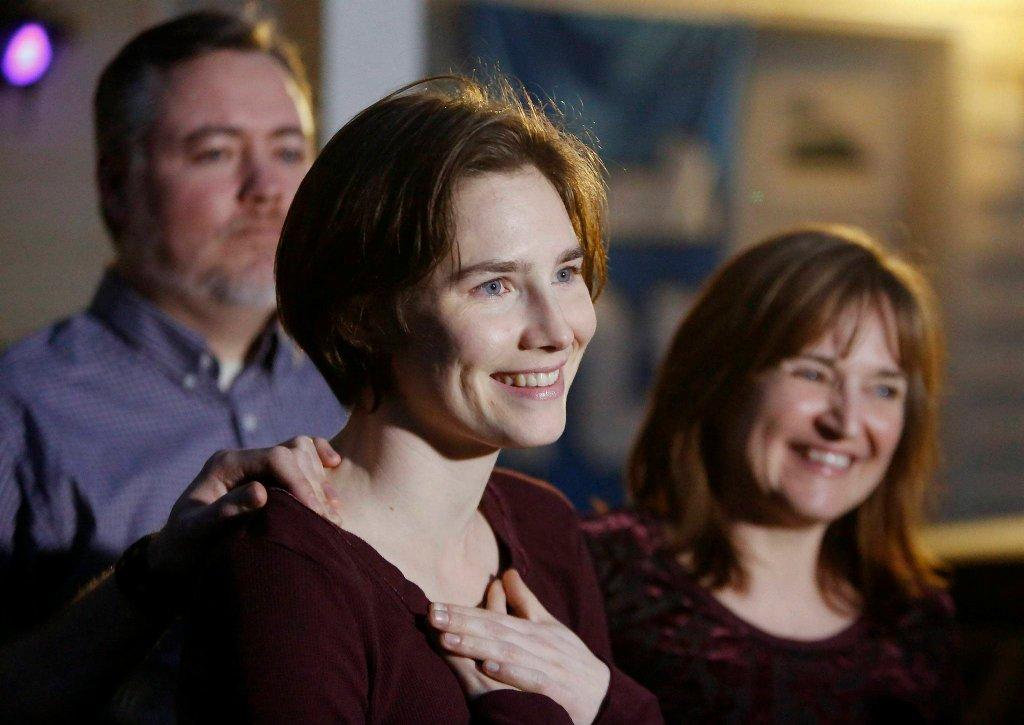 Amanda Knox przed domem swojej mamy w Seattle - tam, razem z rodziną, czekała na ogłoszenie wyroku