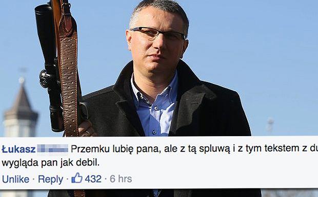 Przemysław Wipler pozuje z bronią
