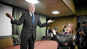 Poseł Antoni Macierewicz podczas spotkania z elektoratem w budynku PKO przy ul. Tuwima w Łodzi, 21 września 2013