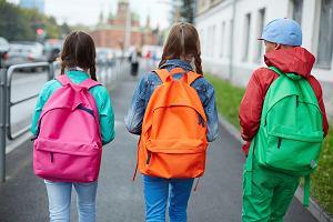 """""""Tylko walizka, w plecaku byłby sajgon"""". Jak spakować dziecko na kolonie? Rady doświadczonych mam"""