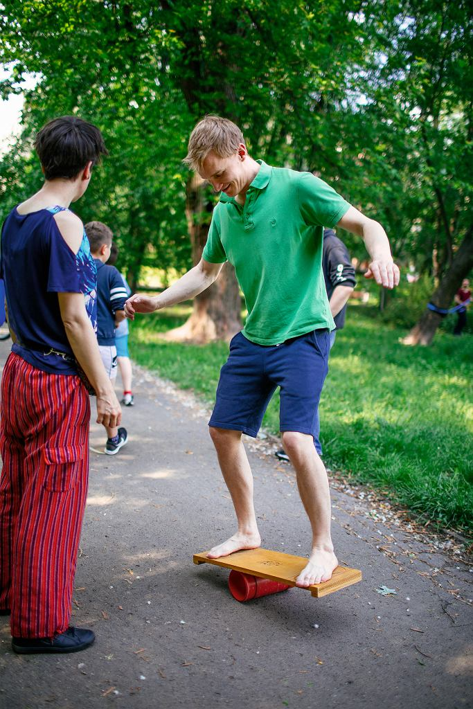 Ćwiczenie na desce zdecydowanie lepiej wykonywać w butach. Moje się strasznie ślizgały, stąd styl Frodo.