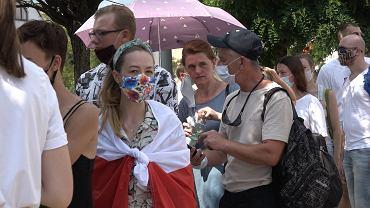 Tłumy przed ambasadą w Warszawie. Białorusini wybierają prezydenta. Ścisk, upał i setki ludzi