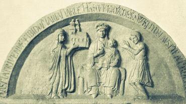 Tympanon fundacyjny z kościoła NMP na Piasku we Wrocławiu (ok. 1153 r.). Przy prawym ramieniu Madonny z Dzieciątkiem stoi Maria - żona Piotra Włostowica - ofiarowująca kościół; po przeciwnej stronie chyli się przed Matką Boską syn Marii i Piotra - Świętosław. To wyjątkowe romańskie przedstawienie wygląda jak scenka rodzinna. Maryja nie ma nad głową nimbu - oznaki świętości. I jest tylko nieco wyższa od żony i syna Włostowica. To dowód dumy rodowej. Włostowic był 'pierwszym po władcy', najpotężniejszym możnowładcą ówczesnej Polski.
