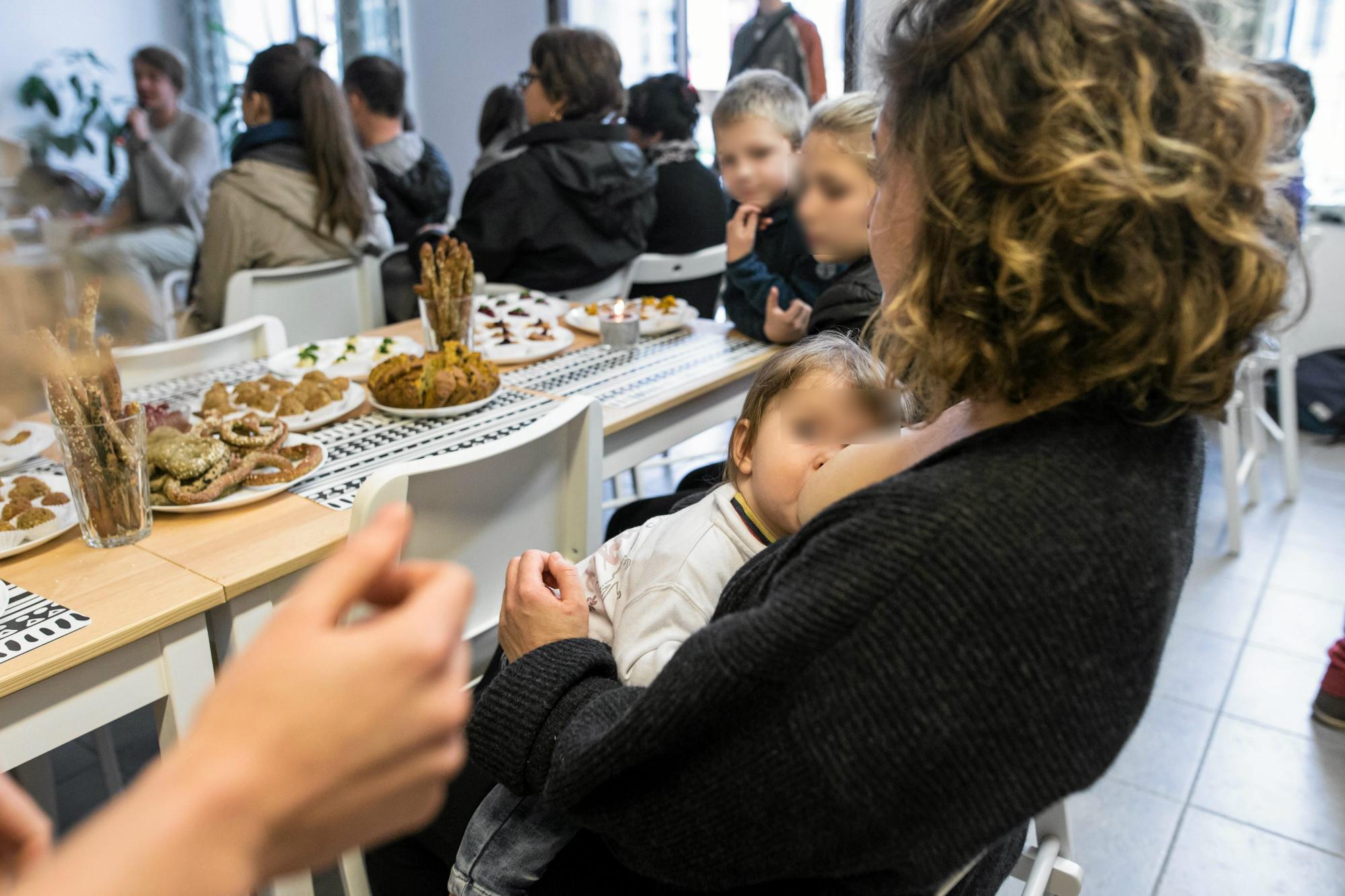 Ewa często proszona jest przez gości restauracji, żeby zwróciła uwagę matce karmiącej dziecko, że nie powinna tego robić na sali (fot: Jakub Orzechowski/ Agencja Gazeta)