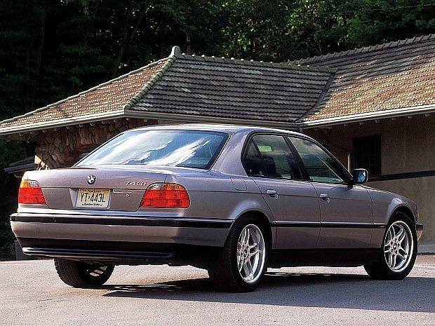 Najmocniejszą wersją był 750i z 12 cylindrowym silnikiem o mocy 326 KM