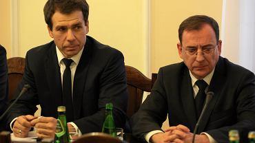 Szef CBA Ernest Bejada i minister koordynator Mariusz Kamiński podczas posiedzenia Komisji Samorządu Terytorialnego, 2017 r.