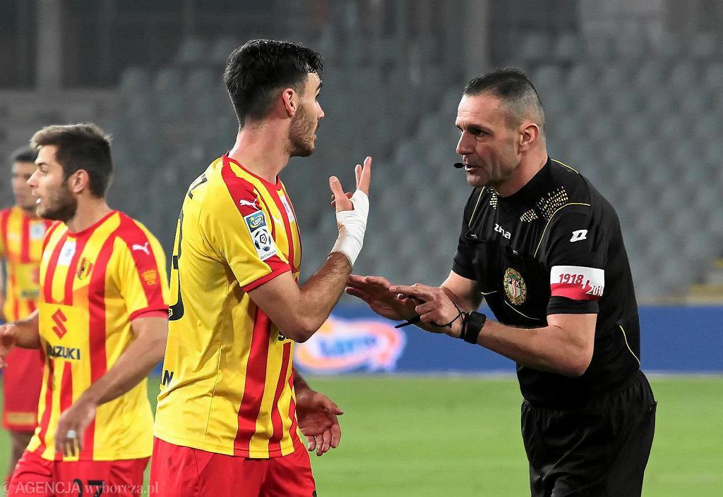 Ivan Marquez i sędzia Mariusz Złotek podczas meczu Korona Kielce - Piast Gliwice