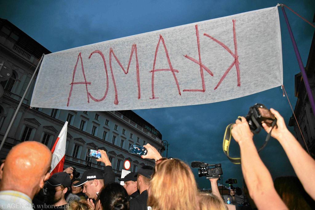 87. miesięcznica smoleńska na Krakowskim Przedmieściu. Kontrmanifestacja.