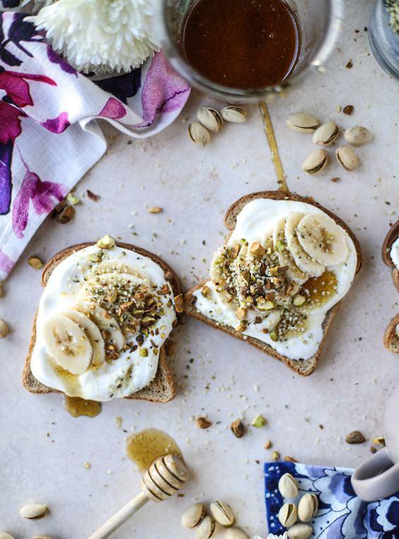 Tosty z bananem i serkiem są proste w przygotowaniu i sycące.
