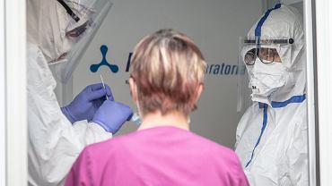 Pandemia koronawirusa. Medycy w strojach ochronnych, 14 maja2020
