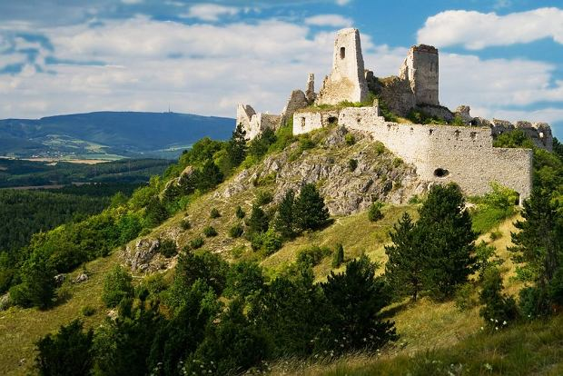 Słowackie zamki - Cachticky hrad / shutterstock