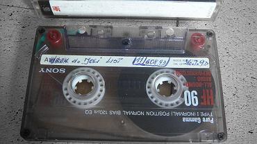 Archiwum Emigranta działające przy Muzeum Emigracji w Gdyni otrzymało niecodzienną przesyłkę: 5 kaset magnetofonowych z listami nagrywanymi przez anonimowego emigranta do jego wybranki mieszkającej we Wrocławiu.