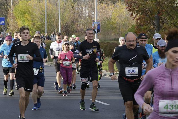 Zdjęcie numer 76 w galerii - Ponad 1200 biegaczy na starcie 37. Toruń Maraton, wygrał Łukasz Oskierko [ZDJĘCIA]