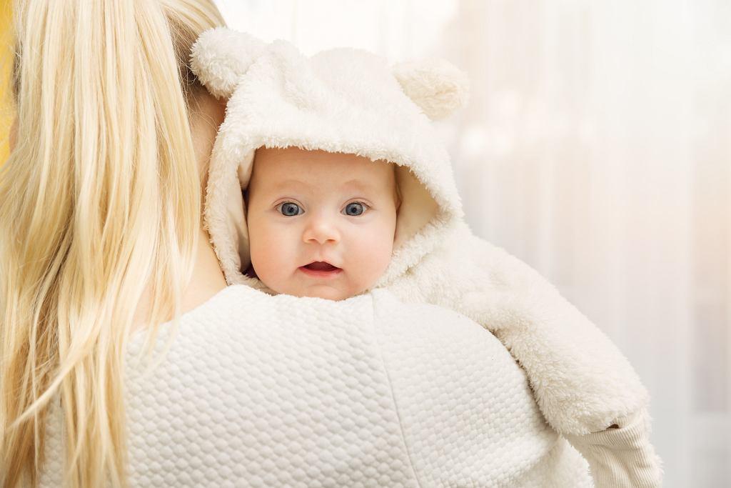 Wyprawka dla noworodka urodzonego zimą powinna zabierać ciepłe ubrania. Zdjęcie ilustracyjne