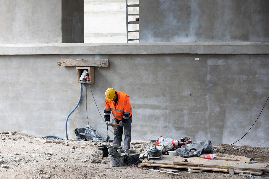 Robotnik podczas pracy przy remoncie wiaduktu (prace trwają czwarty rok). Lublin, 5 maja 2021