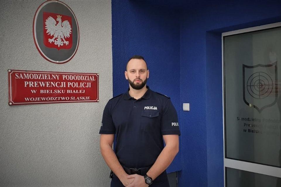 Starszy sierżant Robert Pawłowski z Samodzielnego Pododdziału Prewencji Policji w Bielsku-Białej jadąc Aleją Wolności w Żywcu zauważył osobowego mercedesa, który miał rozbite światła mijania i zderzak, spod maski wydobywał się dym.