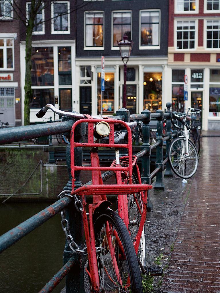 Rowery, symbol Amsterdamu - w całym mieście jest ich prawie milion