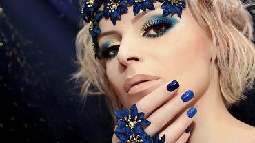 Jakie paznokcie do niebieskiej sukienki najlepiej uzupełnią kreacje? Zdjęcie ilustracyjne
